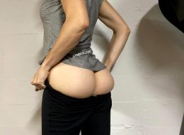 Arguably, The Best 'moment' When Pulling Up Yoga Pants 🍑