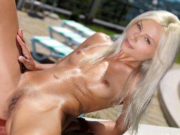 Hot Blonde Tessa