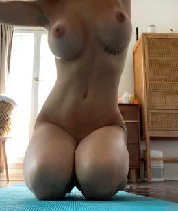 Mid-yoga Nudes 😋